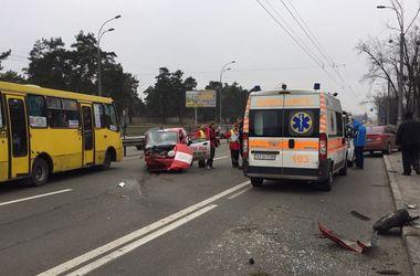 В Киеве развозчик пиццы вылетел с дороги в столб