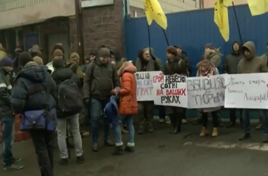 """Активисты заблокировали выезд из СИЗО, откуда должны быть доставлены в суд экс-""""беркутовцы"""""""