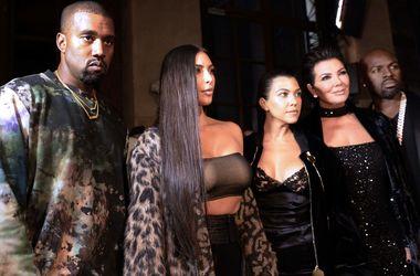 Ким Кардашьян отметила День благодарения без мужа - СМИ - Звездные новости - Хозяйкой праздничного вечера выступила самая младшая из сестер – 19-летняя Кайли Дженнер