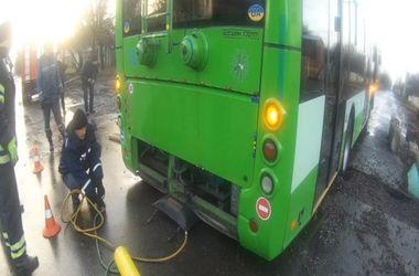В Черкассах троллейбус застрял в яме