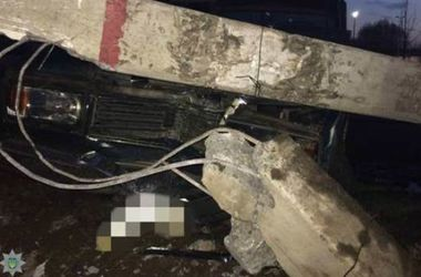 Под Киевом пьяный водитель снес столб и сбежал с места ДТП