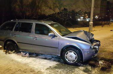 В Киеве на Ватутина водитель вылетел с дороги в столб