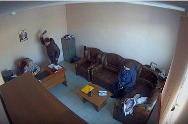 В Сети появилось видео избиения российского бизнесмена бутылкой шампанского (18+)