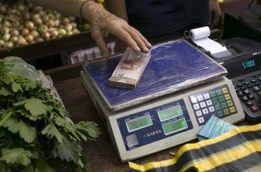 Из-за безудержной инфляции магазины Венесуэлы начали принимать купюры на вес