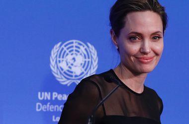 Анджелина Джоли не разрешает Брэду Питту видеться с детьми - Звездные новости - Актриса продолжает борьбу за единоличную опеку