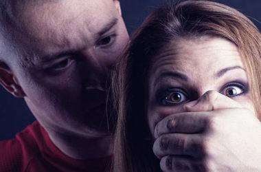 Пьяный зэк избил и изнасиловал девушку в Одессе
