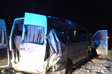 В Днепропетровской области прицеп фуры влетел в микроавтобус: 5 человек погибли