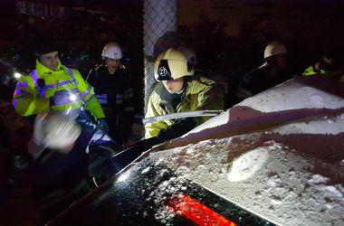 В Киеве BMW на высокой скорости вылетел с дороги в столб