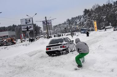 Негода в Харкові: замети, тонни солі та сноуборди