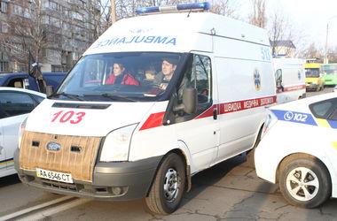 Под Киевом водитель наехал на компанию молодежи на обочине