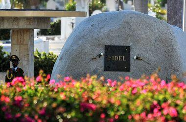 """Фиделя Кастро похоронили рядом с """"апостолом кубинской революции"""""""