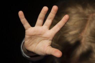 Молодой парень систематически развращал 7-летнюю дочь своей девушки