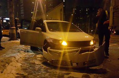 В Киеве Маз в повороте оторвал бампер Honda