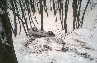 Во Львове автомобиль  без водителя слетел в кювет и перевернулся