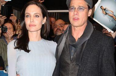Анджелина Джоли просит Брэда Питта помочь найти нового психотерапевта для их детей - Звездные новости - Брэд Питт и Анджелина Джоли с детьми посещают сеансы психотерапии уже несколько месяцев