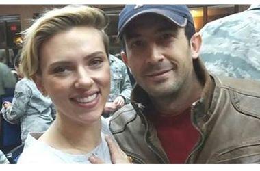 Фанат Скарлетт Йоханссон пробрался на авиабазу ради селфи со звездой - Звездные новости - Актриса приехала на авиабазу, чтобы поддержать боевой дух американских солдат