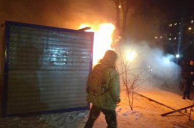В Киеве активисты устроили погром и пожар на стройке