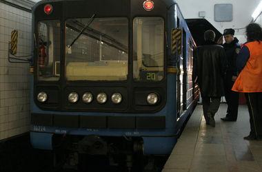 В киевском метро пассажир упал на рельсы