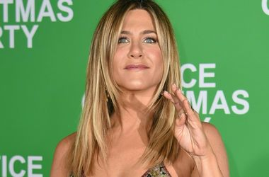 Jennifer Aniston засветила petto sul red carpet