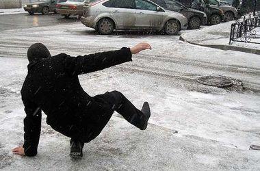 Из-за переменчивой погоды в Украине переполнены травмпункты, а на дорогах возросло количество ДТП