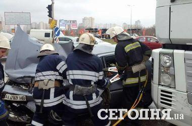Страшное ДТП в Киеве: легковушка врезалась в фуру, водитель погиб