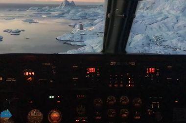 Удивительное видео: самолет посадили на ледник