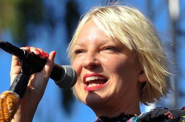 Известная певица Sia развелась с мужем - Новости шоу бизнеса - Распавшаяся пара провела вместе два года