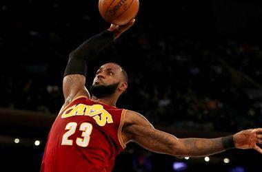 Леброн Джеймс - первый в истории НБА форвард, отдавший семь тысяч передач