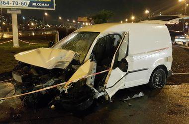 В Киеве на Троещине водитель вылетел с дороги в столб