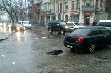 В центре Киева провалился асфальт на перекрестке