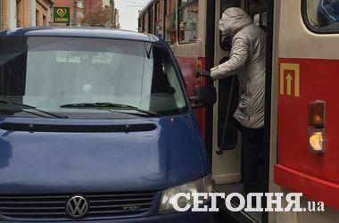 """В Киеве """"герой парковки"""" перекрыл выход из трамвая"""