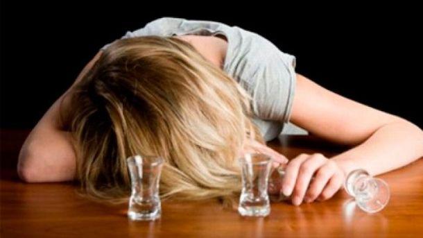 Многодетная мать выпивала до поздней ночи. Фото: inshe.tv