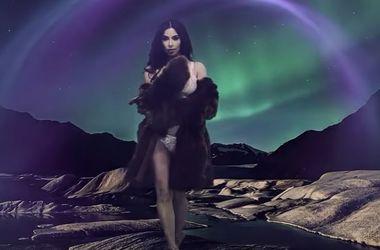 Сексуальная Ким Кардашьян в белье и шубе снялась для календаря
