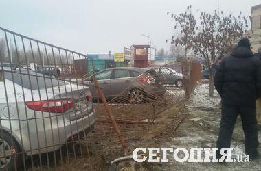 """В Киеве """"Хюндай"""" вылетел с дороги в забор автостоянки"""