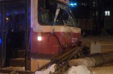 В Харькове трамвай снес столб
