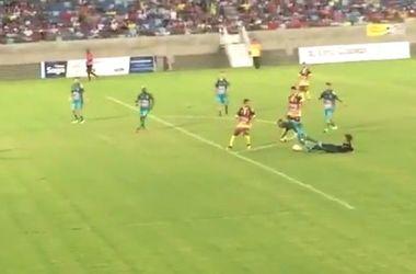 В Бразилии фанат выбежал на поле и подкатом сбил с ног футболиста (видео)