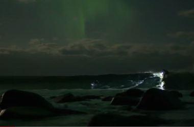 Серфингист покорил волны при свете северного сияния