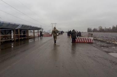 Адский вояж: пересекая линию разграничения на Донбассе, люди гибнут в очередях