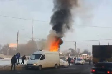 Возле ТЦ в Харькове горел микроавтобус