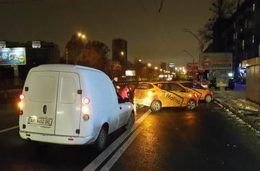 В Киеве Hyundai протаранил выезжавшее авто