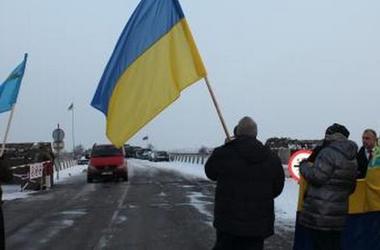 На границе Крыма развернули флаг Украины