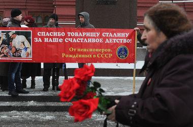 День рождения тирана: на могилу Сталина пришли с цветами и проклятиями