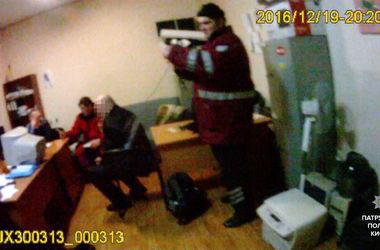 В Киеве мужчина с ножом напал на прохожих с ребенком