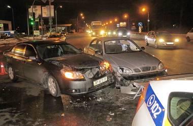В Киеве Daewoo протаранил Chevrolet, вылетев на красный