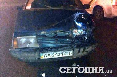 В Киеве ночью легковушка столкнулась с армейской машиной, есть пострадавшие