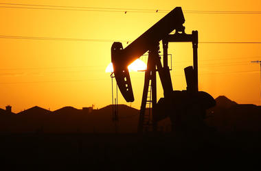 Цены на нефть падают из-за доллара и Рождества