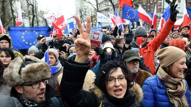 Поддержка власти вПольше подросла нафоне протестов оппозиции