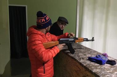 Василий Ломаченко с сыном пострелял из автомата в тире