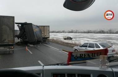 На трассе Киев-Одесса столкнулись 10 автомобилей