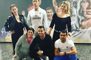 Криштиану Роналду с семьей сходил в гости к восковому Роналду